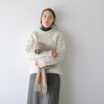 ニット職人がハンドメイドで作っているケーブル編みニットは、ほっこりとした暖かさを感じさせるアイテム。ふっくらと立体的に編まれたトップスは、保温性も抜群です。