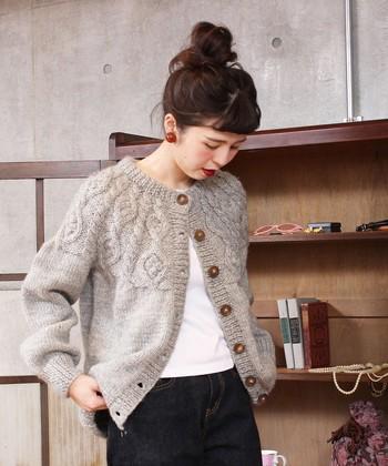 ネパールで一つずつ手編みで作られている、ケーブルデザインのニットカーディガン。ざっくりした質感と大きめのボタンで、ナチュラルな雰囲気を演出してくれます。 シンプルコーデに羽織るだけで、季節感のある着こなしに格上げしてくれるのが魅力です。