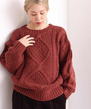 身頃と袖にケーブル編みを施したニットは、赤茶系のカラーがこなれ感たっぷり。オーバーサイズでゆとりを持って着られるので、タイトなボトムスと合わせるのがおすすめ。