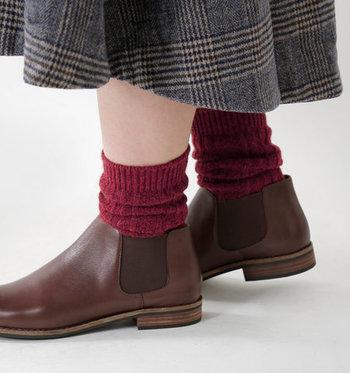足元からおしゃれを意識したい人には、ケーブル編みのカラーソックスがぴったり。ワインレッドやブラウン系など、冬らしいカラーの靴下を、タイツとレイヤードする着こなしもおすすめです。
