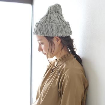 ざっくりした風合いと、ちょこんと頭に乗ったシルエットがキュートな、ケーブル編みのニット帽。シンプルなグレーはどんなテイストにも合わせやすいですが、8色のカラー展開からお好みの色を選べるが魅力的なアイテムです。