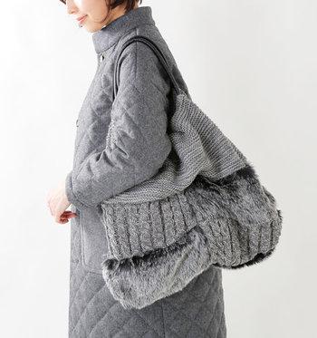 ころんと丸みを帯びたシルエットに、ファー×ケーブル編みをミックスしたトートバッグ。ほっこりした印象と荷物がたっぷり入るサイズ感で、様々な場面で活躍してくれます。 ベーシックなグレーカラーなので、ワントーンで揃えたり、カラフルアイテムにプラスしたりと、合せるアイテムを選ばないのも魅力。