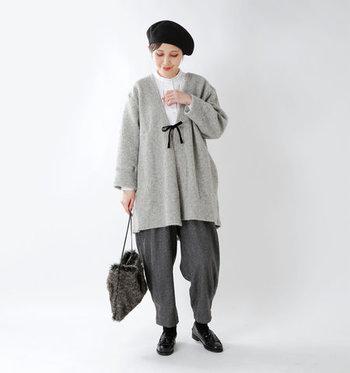 ゆったり着られるグレーのカーディガンは、トーン違いのグレーと合わせた同系色コーデに。インナーの白ブラウスが爽やかな印象をプラスしています。黒のベレー帽やローファーで引き締めた好バランスな着こなしです。