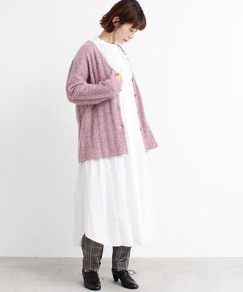 暖かみを感じさせる素材感のピンクカーディガンは、白ワンピースとチェックパンツにレイヤード。ゆったりパンツを裾から覗かせるのもいいですが、レギンスを合わせると今年っぽいコーデになりますね。