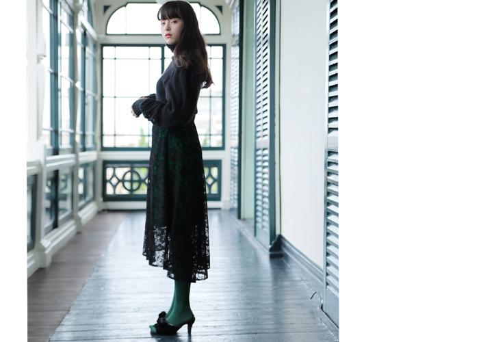 黒のレーススカートに、グリーンのカラータイツを合わせたコーディネートです。透け感が楽しめるレーススカートを秋冬コーデに取り入れるなら、ちょっぴり派手色のカラータイツで遊び心をプラスするのがおすすめ♪