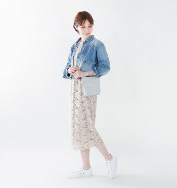 フェミニンな印象を与えるレースのタイトスカートは、あえてスニーカーを合わせることで上手にカジュアルダウン。デニムのジャケットを合わせて、春までOKな柔らかコーデの完成です。