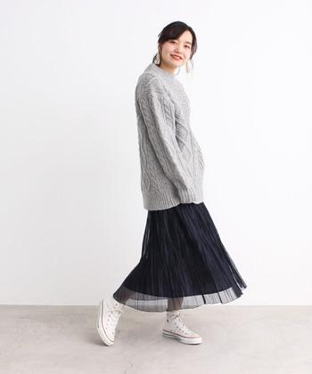 プリーツデザインのチュールレーススカートは、ふわっと広がるフレアシルエットが女性らしさを演出。長め丈のグレーニットと合わせて、大人ガーリーなワンピース風コーディネートに仕上げています。
