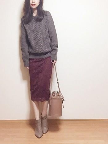 GUのボルドー系レースタイトスカートは、ブラウンカラーのニットを合わせて、季節感たっぷりなコーディネートに。ベージュのブーツやバッグでまとまりを意識した、統一感のある着こなしです。足元が寒い時には、黒やグレーのタイツを合わせるのもおすすめ♪