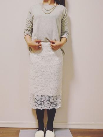 GUの白レースタイトスカートに、グレーのニットをタックインしたスタイリング。黒タイツや白シューズを合わせて、プレーンカラーでまとめています。首元にパールのネックレスを合わせることで、定番アイテムをグッと女性らしく格上げ。