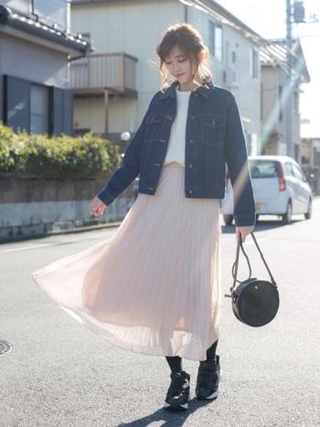 ピンクのシフォンレーススカートは、柔らかな印象を与える大人女子にぴったりなアイテム。デニムジャケットやスニーカーと合わせて、あえてカジュアルに着こなすのがポイントです。