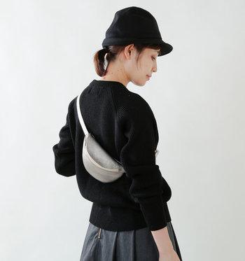 レザー素材の小ぶりな「mormyrus(モルミルス)」のウエストバッグは、ミニマルで荷物が少ない日のバッグにおすすめのアイテム。お散歩やちょっとそこまで出かける時など、さっと使えて重宝します。
