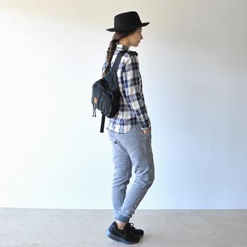 かっちり大きめのウエストバッグは、スポーティースタイルにぴったりです。チェック柄のシャツに斜めがけして、アウトドアやアクティブに動きたい日のコーディネートに。