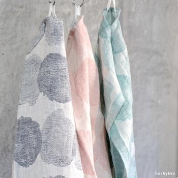 明るくオシャレな模様のタオルはキッチンで使いたくなります。こちらもリネン100%で優れた吸水性と丈夫さが魅力です。