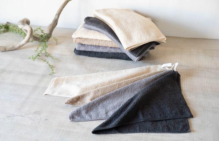 タオル掛けがあるから要らないかな、と思いきや、意外と便利なループ付きタオル。キッチンのお手拭きや、食器拭き、洗面所の省スペース化にループ付きタオルが役立ってくれますよ。