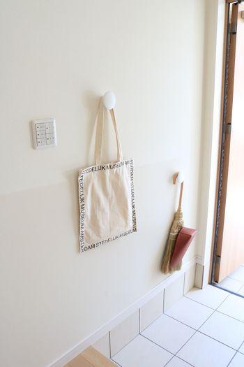 壁面収納を利用すれば、雨で濡れてしまったバッグや、レインコート、傘を乾かすときにも便利です。  コロンとしたシルエットがかわいい「muuto(ムート)」の「THE DOTS(ザ・ドッツ)」で、収納力だけでなく、おしゃれ度もアップ♪