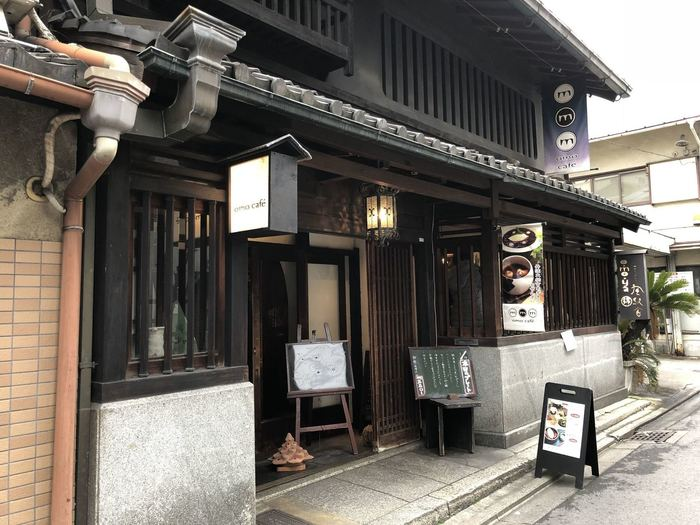 河原町駅から徒歩10分、麩屋町通り沿いにある【omo cafe(オモカフェ)】は、どっしりした作りの町屋カフェ。町屋の雰囲気を満喫したい方におすすめのお店です。