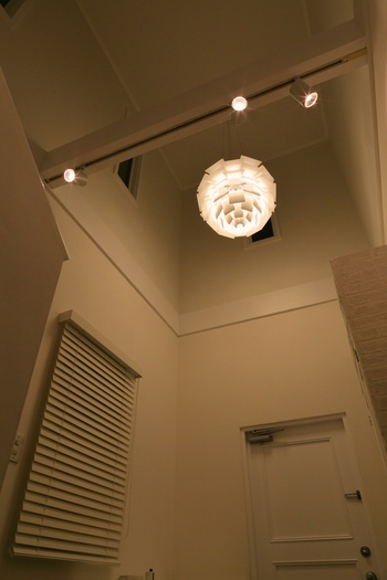 「ルイスポールセン」の照明を取り付けて、シンプルな玄関のアクセントに。ルイスポールセンは、1874年にデンマークで創業した老舗の照明メーカー。ピンポイントで質が高いインテリアを取り入れると、玄関の高級感がアップします。