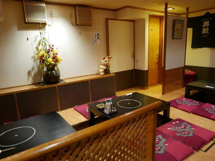 カウンター席に加え、奥には居心地の良いお座敷席があります。地元の常連客もたくさん訪れるので、飾らない京都の雰囲気を楽しめますよ。