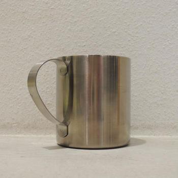 どこまでもシンプルで質実剛健な雰囲気さえあるマグカップは、アウトドアらしい潔さがあります。チタン製で、丈夫さや使い勝手は折り紙付きです。