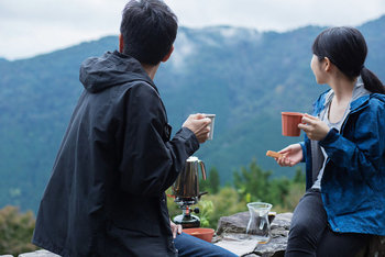 山登りの楽しみの一つに、山頂で飲むコーヒーを上げる人も多いのではないでしょうか?山頂でも挽きたて、淹れたてを叶えてくれるコーヒーグッズを集めたので、次のシーズンまでに揃えてみませんか?