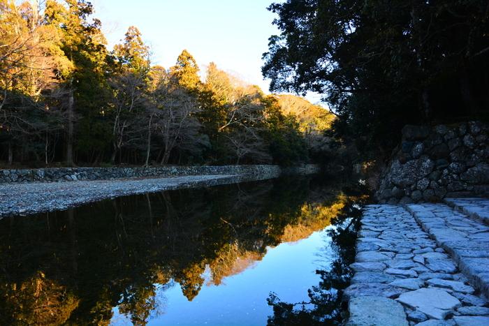 宇治橋がかかっているのが五十鈴川(いすずがわ)。手水舎と同様に参拝前のお清めができます。