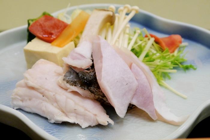 白浜を訪れたらぜひ食べてほしいグルメが「クエ」です。クエは水揚げが少ないため「幻の魚」とも呼ばれていますが、白浜にある近畿大学水産研究所が養殖を成功させたことから、この地域ではよく食べられているのだそう。あっさりしたなかにも旨味が凝縮されているクエのお刺身は、まさに絶品です。また、熱を通すことでフワフワした食感になるため、冬の時期は鍋でいただくのも◎。