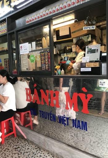 """恵比寿駅そば、戦後の闇市から続く市場ビル「えびすストア」に入るベトナムサンドイッチ・バインミー※の専門店。※ベトナム語で""""パン""""の意。"""
