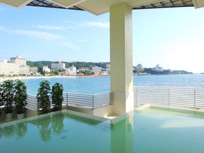白浜エリアの自慢に、温泉があります。有馬・道後と並ぶ日本三古湯の1つと言われ、1350年以上の歴史を持つ由緒正しい温泉なのだそう。白浜エリアのホテルや旅館には、広大なオーシャンビューを楽しめる温泉があります。開放的な気分でお湯につかれば、リフレッシュできそうですね。
