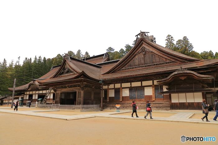 高野山真言宗の総本山である「金剛峯寺」。風格を感じさせる主殿では、広間の美しい襖絵や、中庭にある日本最大の石庭を拝観できます。また、新別殿ではお茶をいただきながら、お坊さんからの法話を拝聴できるので、ぜひ訪れてみてください。