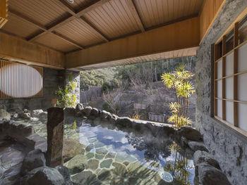 露天風呂となっている檜風呂と岩風呂はどちらも伊勢の森を眺めながら入浴することができます。 また、貸し切り風呂も4つ(うち1つは温泉ではありません)あり、滞在中は何度でも利用できます。