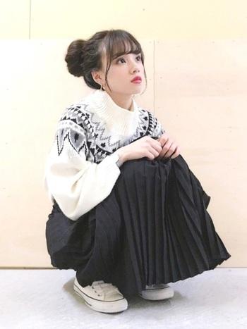 黒のプリーツミモレスカートを同色系のノルディック柄ニットと合わせれば、落ち着いたシックな雰囲気に。