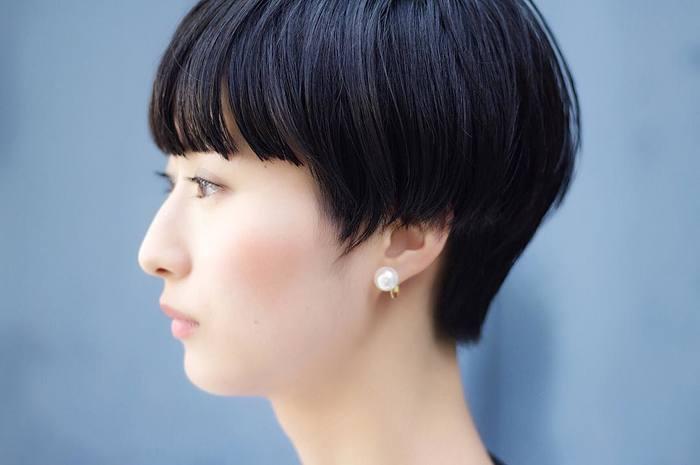 シンプルなファッションにぱっと映えるシルバーは、黒髪にもぴったり。色味が似ているパールピアスと合わせて、統一感を持たせて。