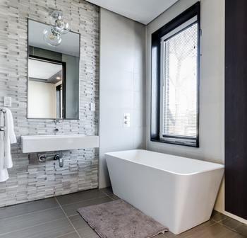 汚れが蓄積しやすいのはやっぱり水回り。蛇口や洗面台、排水溝や鏡など、クレンザーで磨けば汚れもくすみもスッキリ。 トイレの便器内の汚れにもおすすめですよ。  ※素材や加工状況によって使えない場所もありますので、各洗剤の使用上の注意をよく確認してから使うようにしてください。