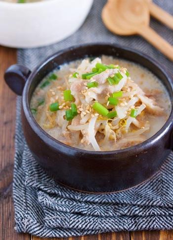 もやし、豚肉、野菜をたっぷり摂れるごま味噌スープです。  無調整の豆乳を使っているので、まろやかな味わい* 豚肉も豆乳も良質なタンパク質を含んでいるので、タンパク質不足気味の時にもおすすめです。