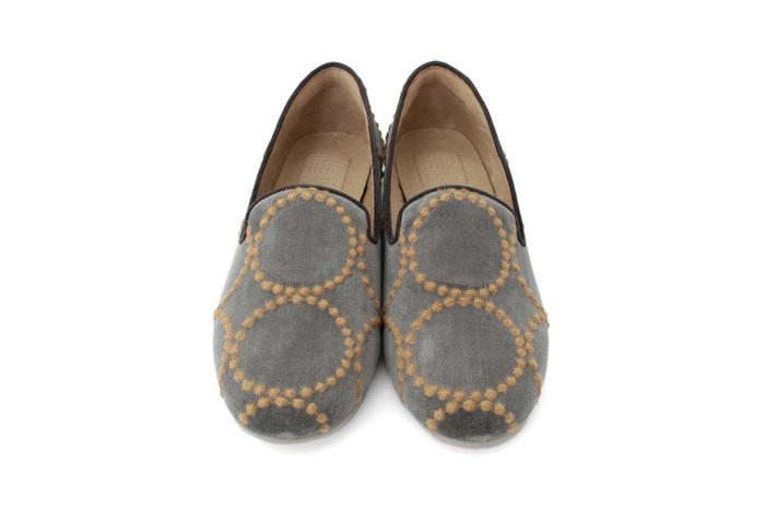 ベルベット地にミナペルホネンのタンバリンというモチーフの刺繍が施されています。ミナペルホネン好きにはたまらない可愛らしいデザインです。