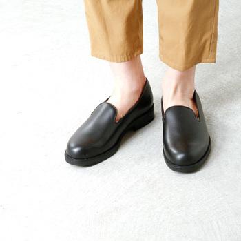 オペラシューズとはもともと紳士がオペラ鑑賞や夜のパーティーに履くためにつくられた足の甲を覆うデザインのスリッポン型のフラットシューズのこと。