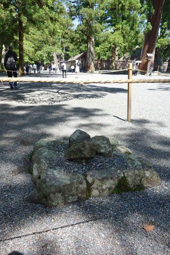 境内にはパワースポットも点在。その一つが「三ツ石」で、気を集中させると、伊勢神宮のエネルギーを受け取ることができると言われています。  ※手をかざす人が多いですが、祭典に用いる場所なので伊勢神宮としてはそのような行為は禁止しています。