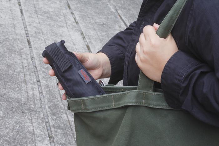 持ち手も薄くフラットなので、ビジネスバッグやサイドポケットにすっぽりと収まるのも嬉しいポイント。 専用ケースにカラビナがついているので、使ったあとはバッグの外にかけておくこともできます。 アウトドア好きさんへのプレゼントにもおすすめ。
