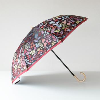 北欧デザインと和のコラボレーションから生まれた晴雨兼用傘。  槙田商店の折り畳み傘は国産にこだわり、一つ一つ丁寧に作られてます。  シックな色合いの草花柄がとても素敵。