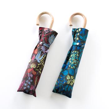 ブルーとレッドの2色。光が当たると表面が光沢を増して、広げ高さがさらにに素敵に見えますよ。  色合いが素敵なこの折り畳み傘は、友人や大切な人へのプレゼントにもぴったりです。