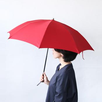 ジャパンメイドの安定感のあるミラトーレの折畳み傘。 長傘のような丸みを帯びた美しい傘の形は、日本の職人が仕上げるKOMIYA(コミヤ)ならではです。  こちらはサイズ感にこだわった8本骨で、コンパクトで軽量なのが特徴。荷物が多い女子には嬉しいですよね。