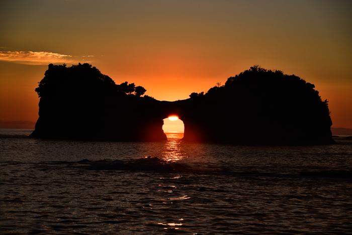 白浜町の海に浮かぶ「円月島(えんげつとう)」は、海水による浸蝕で、円い月のような形の海蝕洞ができたことでそう呼ばれるようになりました。海蝕洞に夕陽が落ちる様子がとても神秘的で、「日本の夕陽百選」にも選ばれています。この絶景を求めてたくさんの人が訪れているので、早めに行くことをおすすめします。夏は6時30分頃、冬は4時30分頃に夕陽を見ることができるそうですよ。