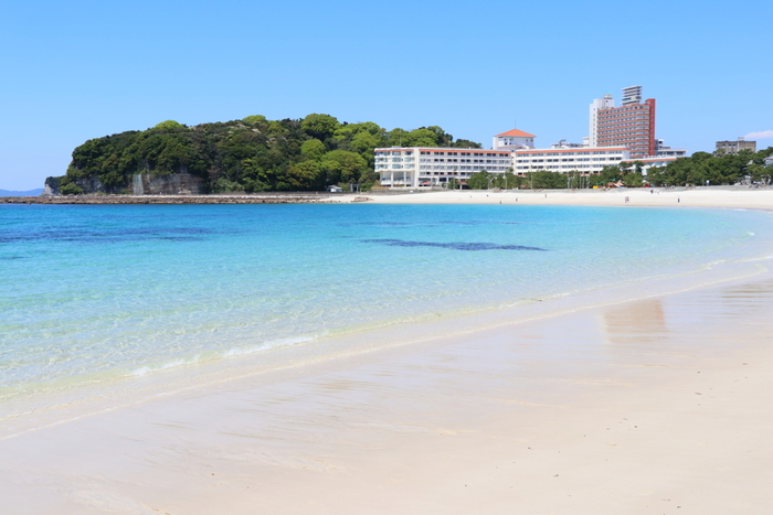 白浜駅からバスで行くことができる「白良浜」は、サラサラした白い砂浜と、透き通った青い海が楽しめるビーチです。「日本のワイキキ」と呼ばれるほどの美しさで、眺めているだけでも癒されます。夏場はたくさんの海水浴客でにぎわうので、のんびりと海を楽しみたいときは、早朝に散歩をしてみるのがおすすめです。