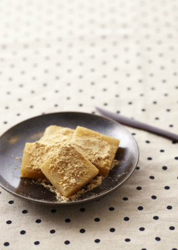 最初はシンプルな材料で作るレシピから挑戦してみるのも良いですね。こちらは、わらび粉、砂糖、きな粉、水、があればできるわらびもちです。蜜がない時には、砂糖を混ぜたきな粉をふりかけるのもおいしい食べ方ですよ☆