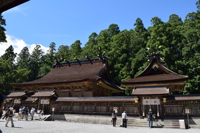 熊野本宮大社の歴史は古く、平安時代には皇族・貴族が参拝に訪れたと言われています。荘厳な雰囲気の拝殿は、1889年に水害にあったあと、流失されなかった上四社3棟がこの場所に1891年に移設・再建がされました。お守りや御朱印をいただいた後は宝物殿にも立ち寄って、歴史ある貴重な宝物の数々を見学してみてはいかがでしょう。