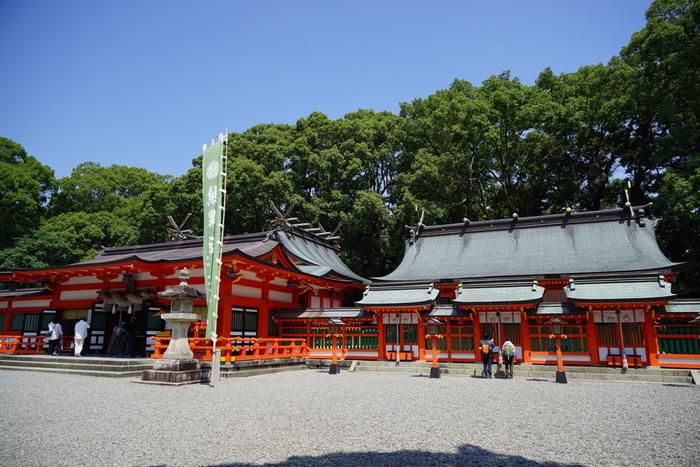 新宮市上本町に鎮座する「熊野速玉大社」は、鮮やかな朱塗りの美しい社殿が特徴の神社です。熊野速玉大神(くまのはやたまのおおかみ)と熊野夫須美大神(くまのふすみのおおかみ)の夫婦神を主神としているため、縁結びのパワースポットとしても有名です。