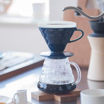 よく耳にする「レギュラーコーヒー」という言葉。 これはインスタントコーヒーと区別するために作られた言葉で、挽いた豆を抽出器でこして飲むものと言われています。つまり、豆を買って自宅で淹れるコーヒーは、このレギュラーコーヒーのことを指すのです。