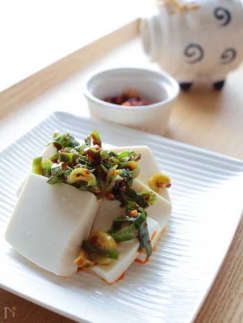 市販の具材入りラー油を使ったレシピです。豆腐に乗せることで、いつもより豪華でボリューミーな冷奴が完成。ごま油を追加で加えれば、辛さの調節もできますよ。