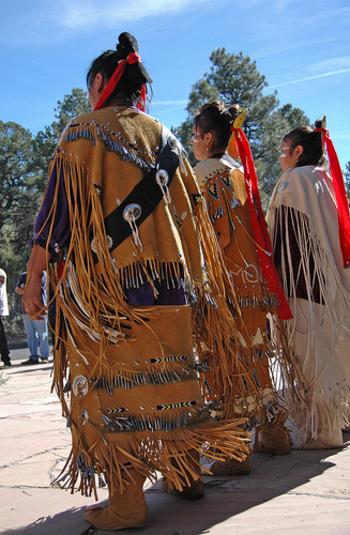 今までの西欧至上主義に疑問を持ち、ネイティブアメリカン(インディアン)をはじめ、先住民族の文化から生き方を学ぼうとしたヒッピーたち。そんなヒッピーファッションは、鮮やかな色彩感覚や、装飾されたビーズやフリンジなどからインスピレーションを受けました。