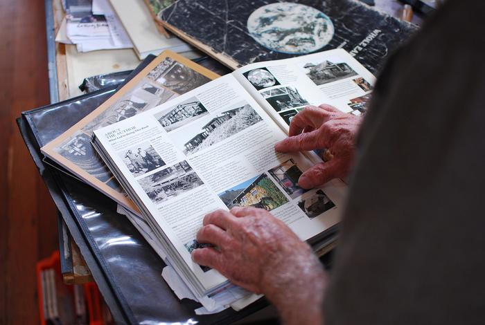 70年代は、ヒッピームーブメントと連動して、衣食住すべてを自分たちで作ってしまおうというDIYムーブメントが起こりました。この70年代を代表する雑誌が「ホールアースカタログ」です。全地球をカタログ化するという趣旨のもと、あらゆるジャンルの商品を紹介し実際に買えるようにした他、アーティストや科学者など時代の先駆けとなる人々の思想を紹介しました。